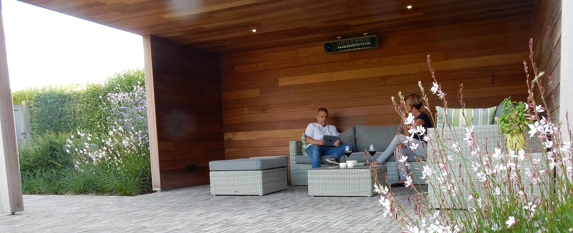 Carports houten bijgebouwen of tuinhuizen op maat tuinkamer poolhouse tuinaanleg - Overdekt terras in hout ...