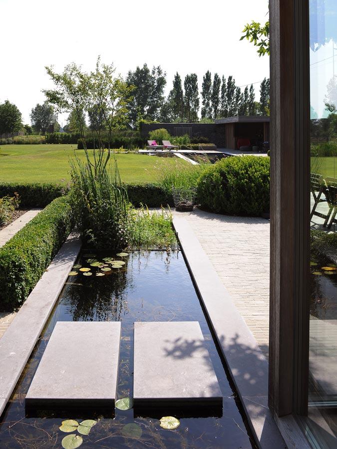 Voorbeelden van tuinaanleg terrassen paden zwemvijver for Moderne waterpartijen tuin