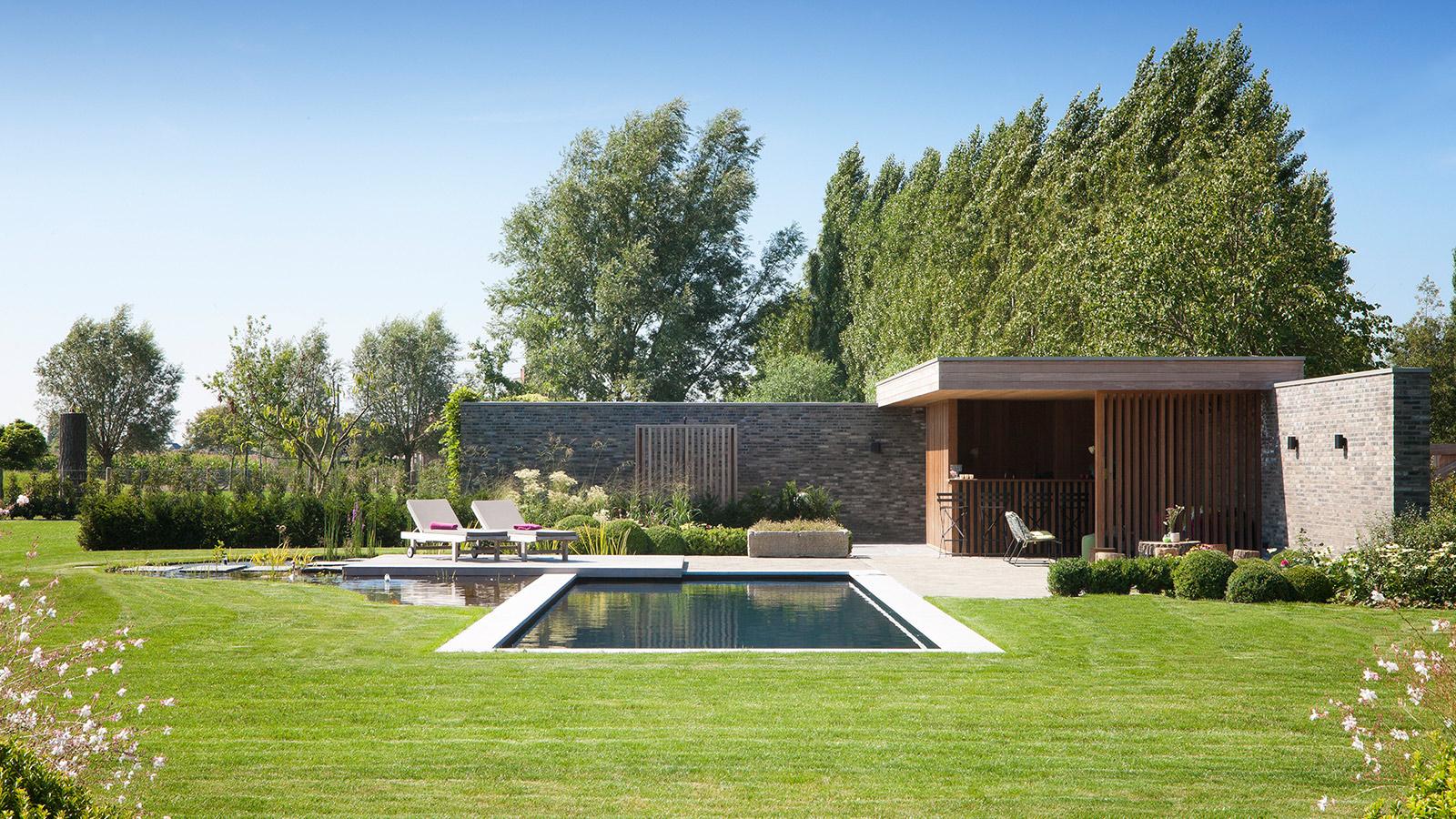 Voorbeelden van tuinaanleg terrassen paden zwemvijver for Tuin met zwembad voorbeelden
