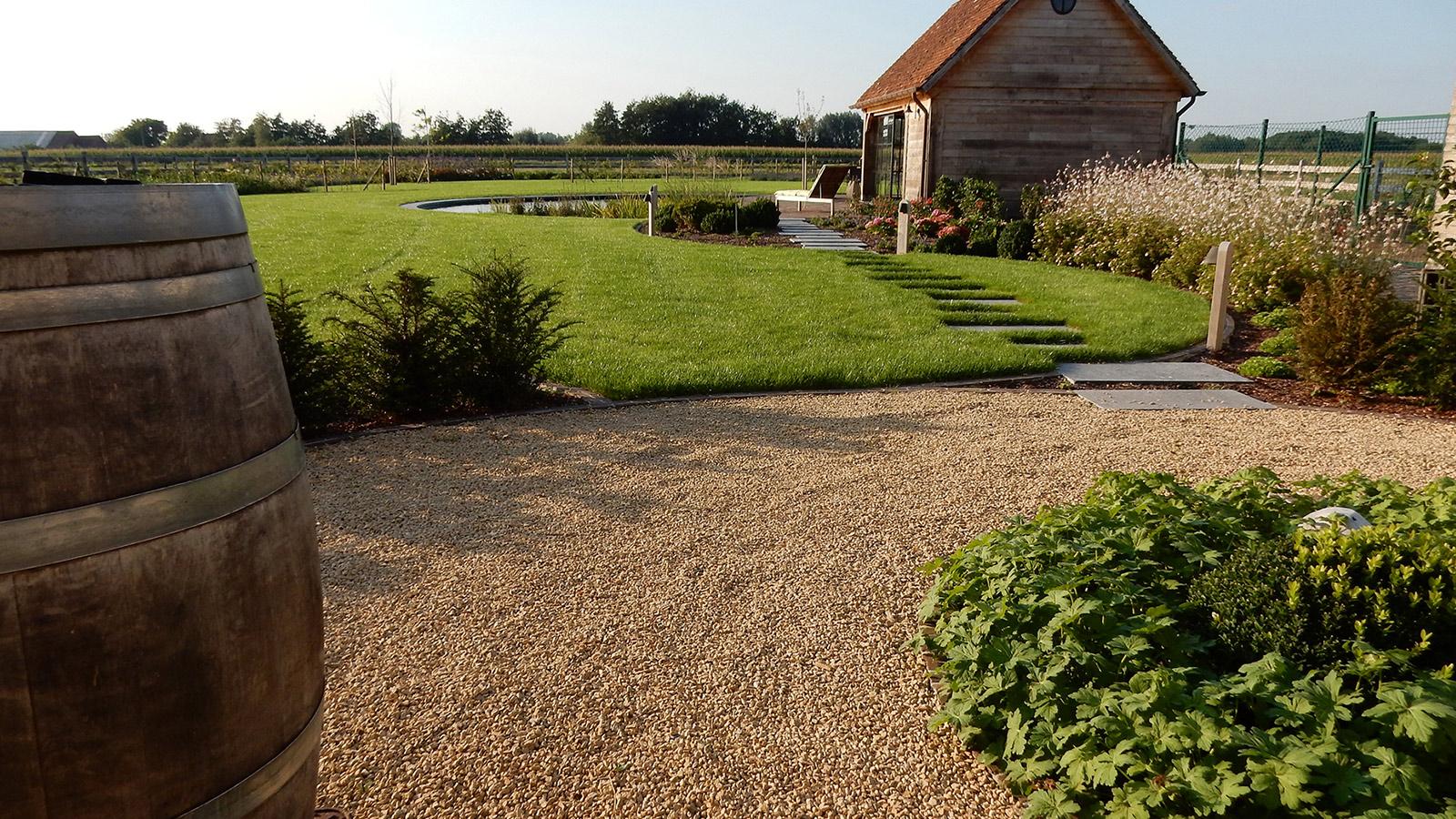 Tuinontwerp en aanleg van een landelijke tuin met bijgebouw en ronde zwemvijver tuinaanleg - Tuin grind decoratief ...