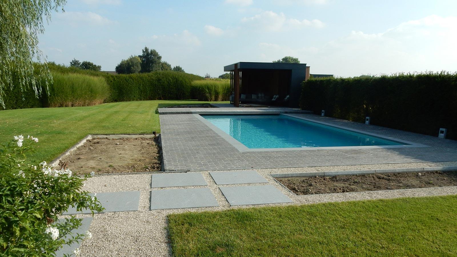 Strak poolhouse en tuinaanleg rond bestaand zwembad for Zwembad leggen