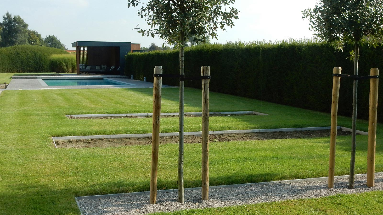 Strak poolhouse en tuinaanleg rond bestaand zwembad aaleg terras en paden in kleiklinkers - Zwembad in het terras ...