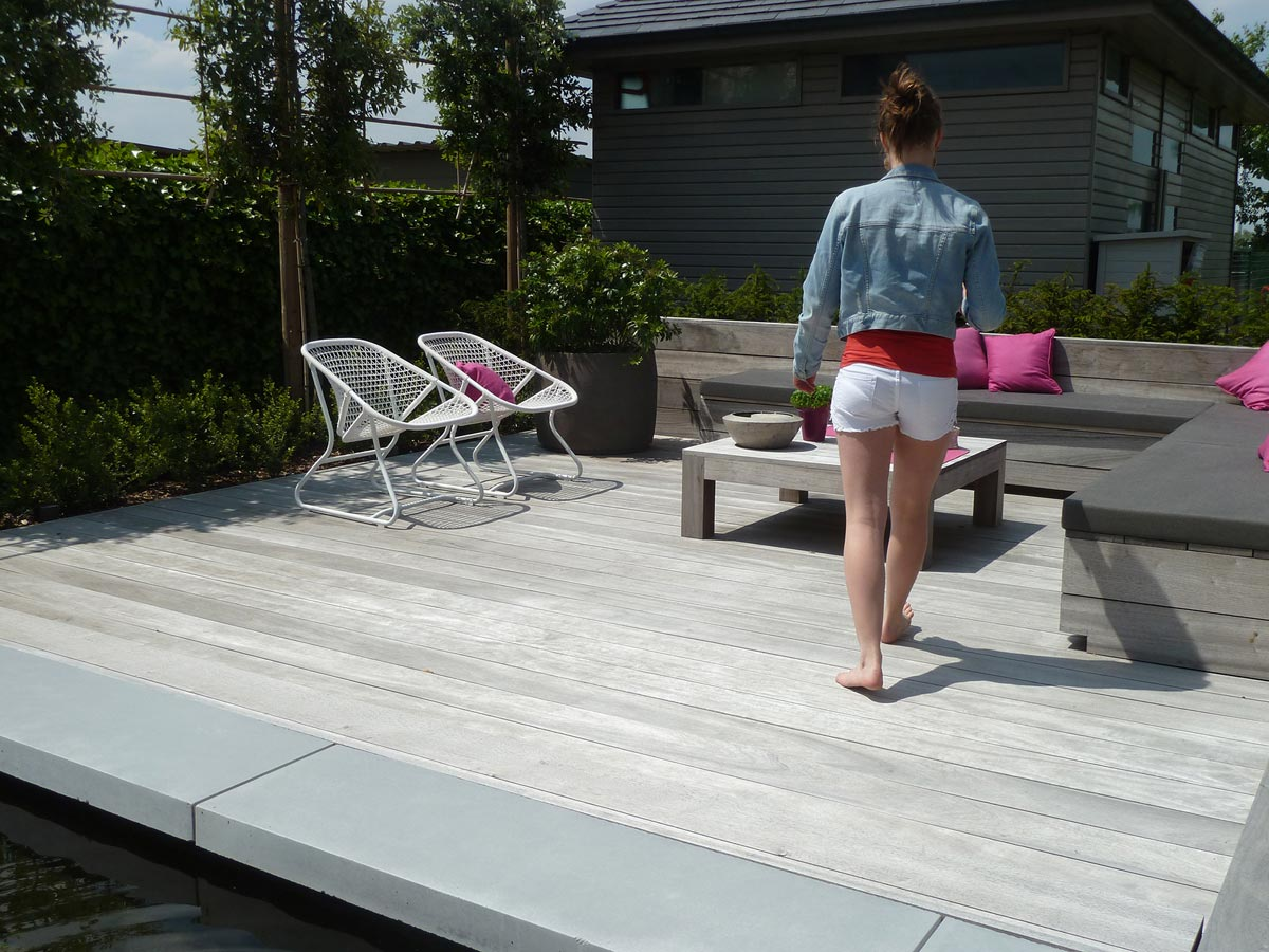 Houten Tegels Tuin : Modern terras met houten zitbanken in grote tegels en padouk