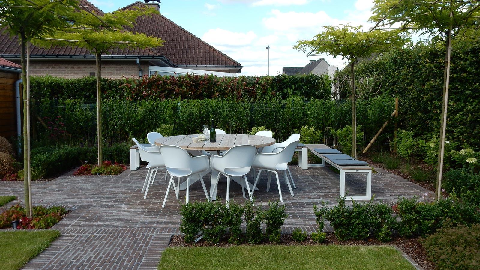 Een terras overdekt met leibomen een natuurlijke parasol!